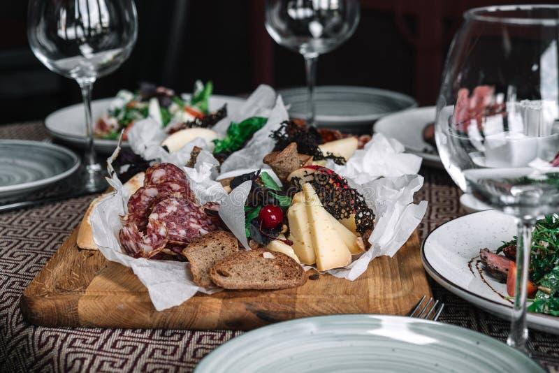 Selezione dell'aperitivo della carne e del formaggio fotografie stock libere da diritti