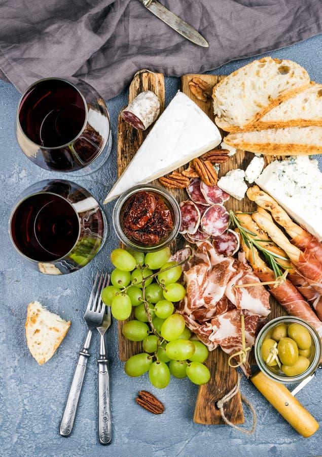 Selezione dell'aperitivo della carne e del formaggio o insieme dello spuntino del vino Varietà di formaggio, salame, prosciutto d fotografia stock libera da diritti