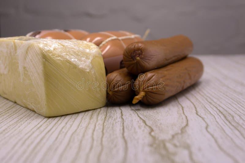 Selezione dell'aperitivo della carne e del formaggio o insieme dello spuntino del vino Varietà di formaggio, salame, prosciutto d fotografie stock libere da diritti