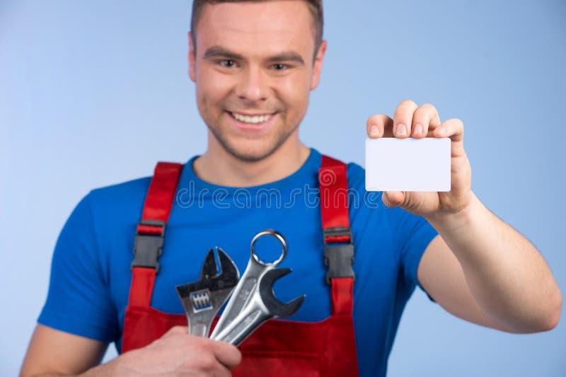 Selezione della tenuta del meccanico di chiavi e biglietto da visita immagini stock libere da diritti