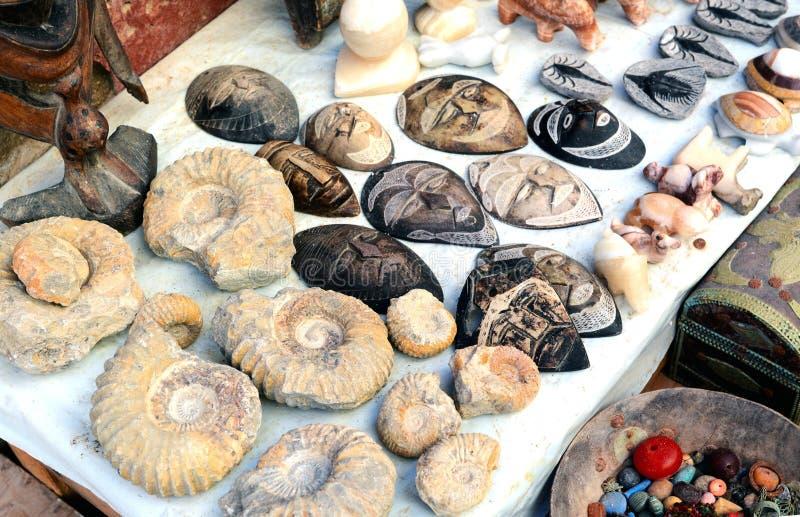 Selezione delle maschere cape e dell'ammonite su un mercato marocchino tradizionale a Marrakesh, Marocco fotografie stock libere da diritti
