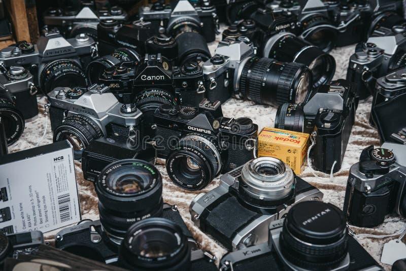 Selezione di vecchie macchine da presa sulla vendita al mercato della strada di Portobello, fotografia stock libera da diritti