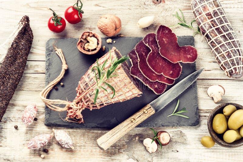 Selezione fine di carne e delle salsiccie asciutte fotografie stock libere da diritti