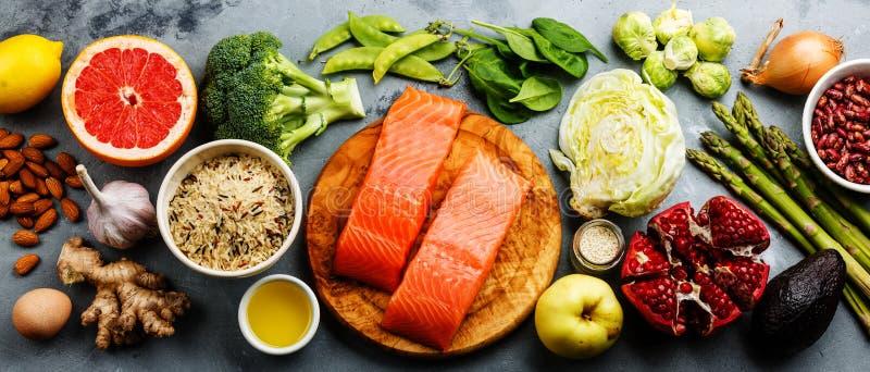 Selezione pulita di cibo dell'alimento sano: pesce, frutta, verdura fotografie stock libere da diritti