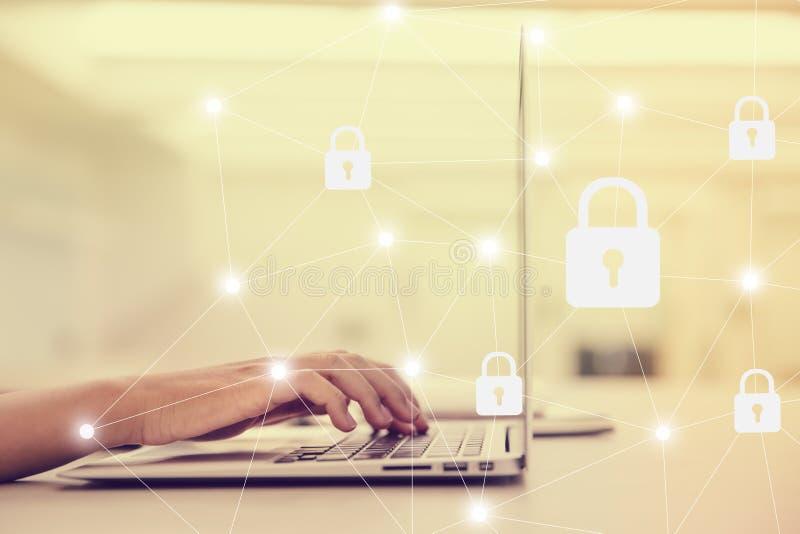 Selezioni la sicurezza dell'icona sull'esposizione virtuale Vista laterale della tastiera di battitura a macchina della mano femm immagini stock