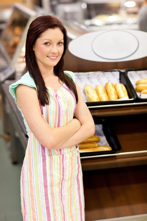 Self-assured Bäcker, der vor ihrem System lächelt lizenzfreies stockbild
