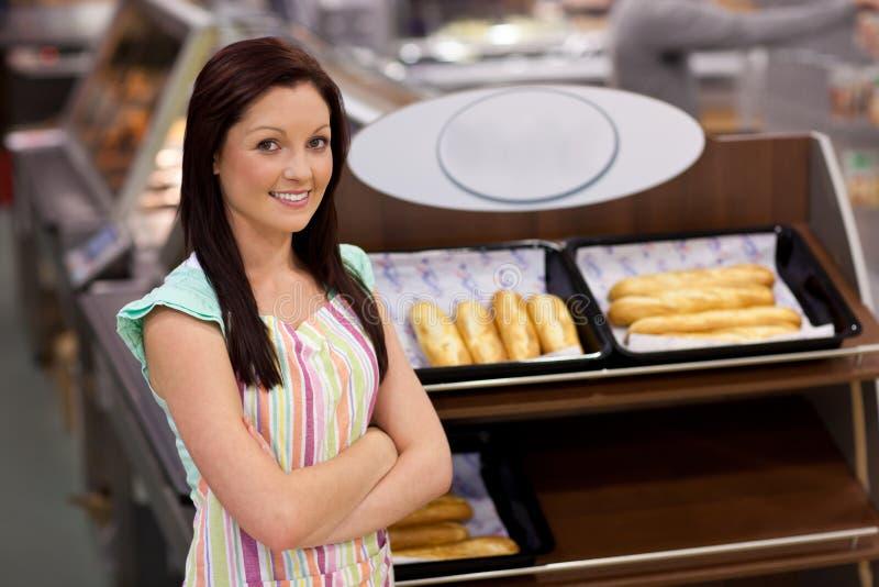 Self-assured weiblicher Koch, der an der Kamera lächelt lizenzfreie stockbilder