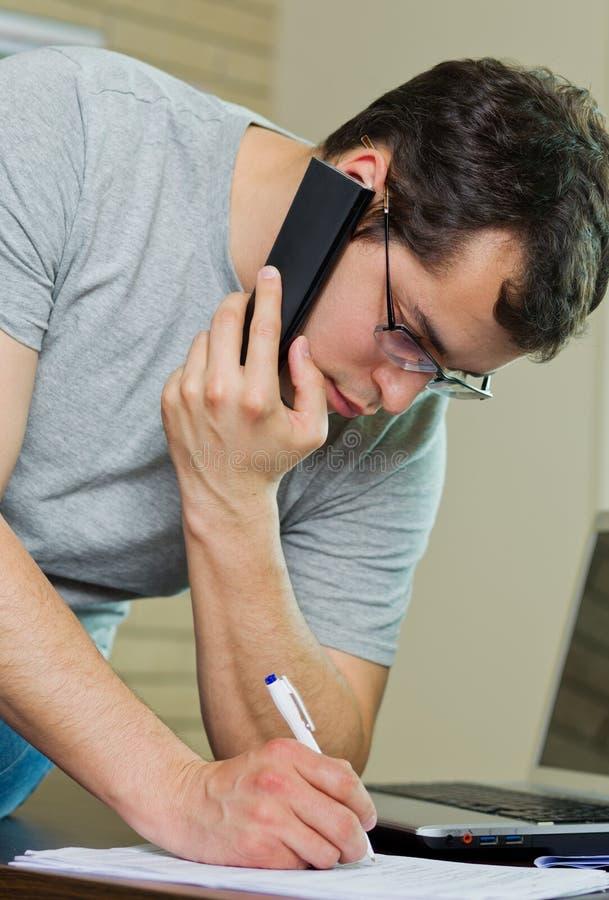 Self-employed man som hemma fungerar. royaltyfria bilder