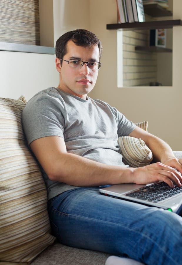 Self-employed man som hemma fungerar arkivbild