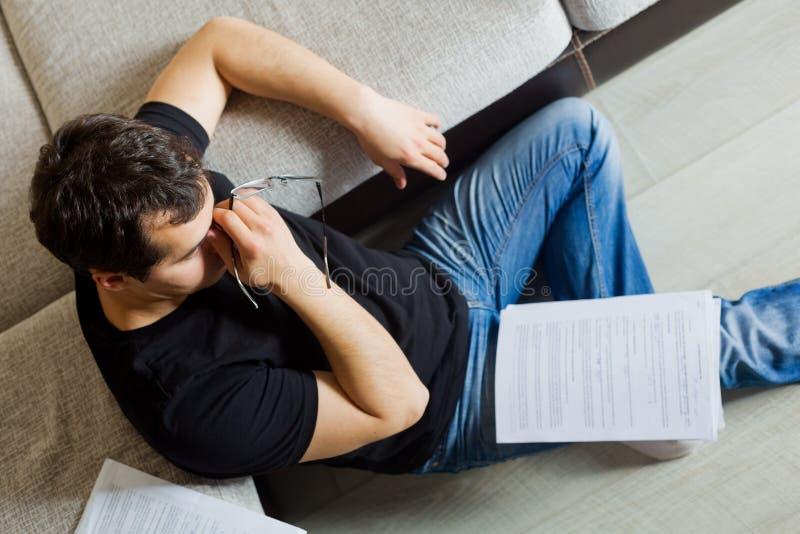 Self-employed man som hemma fungerar arkivfoton