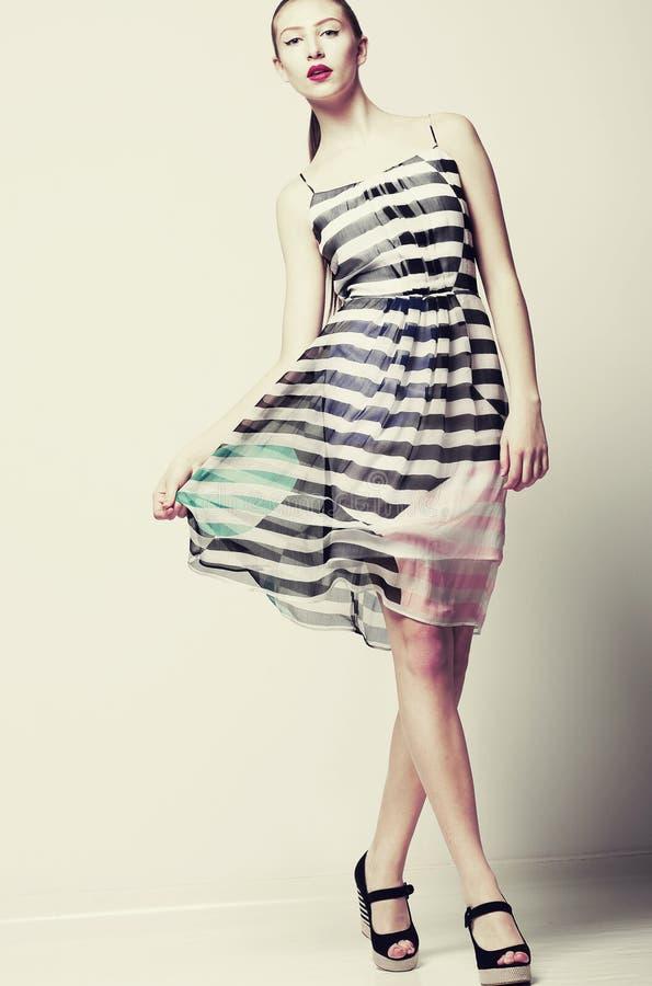 Selfhood. В стиле фанк женщина нося стильное светлое порхая платье стоковая фотография rf