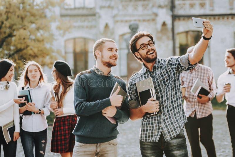 Selfi σπουδαστές ημέρα ηλιόλουστη σπουδαστές τύποι Βιβλία στοκ εικόνες