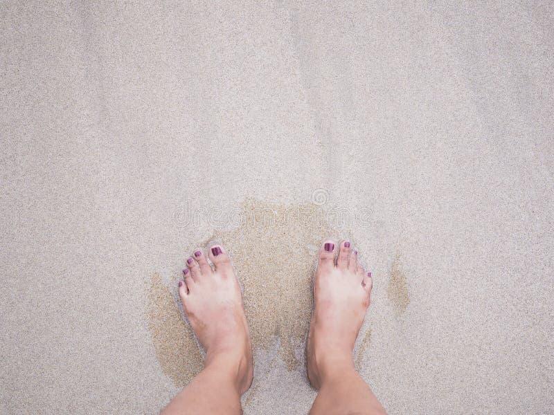 Selfie在夏天海滩背景的妇女脚 图库摄影
