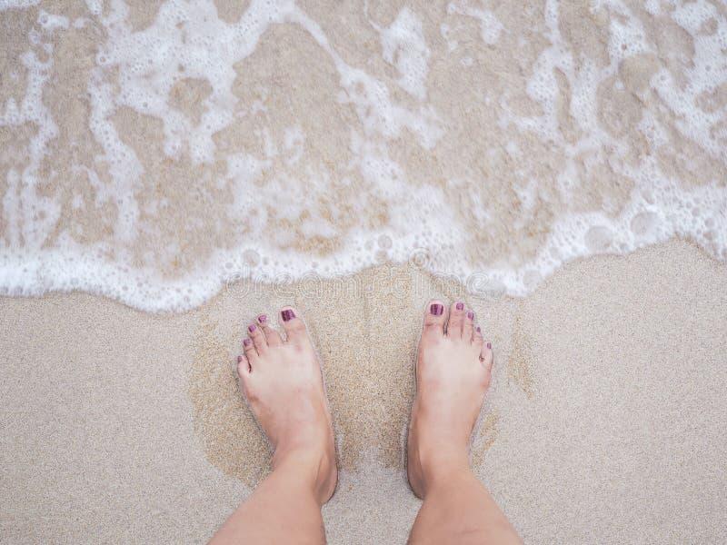 Selfie在夏天海滩背景的妇女脚 库存照片