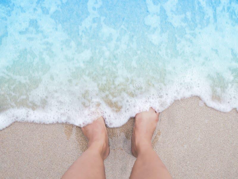 Selfie在夏天海滩背景的妇女脚 库存图片