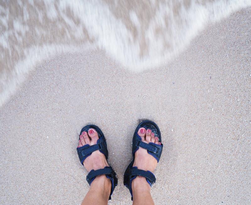 Selfie在米黄沙子夏天海滩背景的妇女脚 免版税库存图片