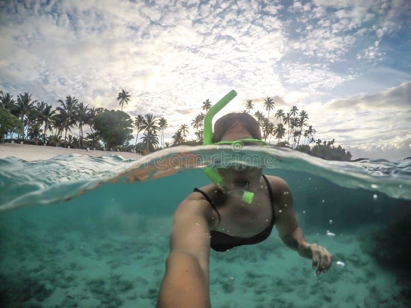 Selfie żeński kobieta turysta snorkelling przy tropikalną plażą a zdjęcia royalty free