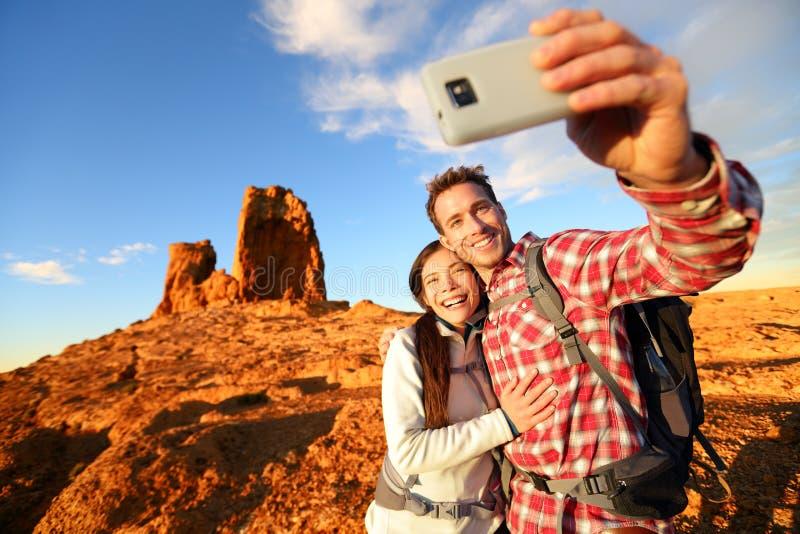Selfie - ευτυχές ζεύγος που παίρνει την πεζοπορία αυτοπροσωπογραφίας στοκ φωτογραφία με δικαίωμα ελεύθερης χρήσης