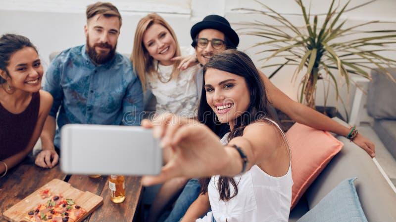 Selfie κατά τη διάρκεια ενός κόμματος στοκ φωτογραφίες με δικαίωμα ελεύθερης χρήσης