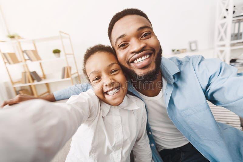 Selfie με τον μπαμπά Πατέρας και λίγη κόρη που παίρνουν τη φωτογραφία στοκ εικόνες