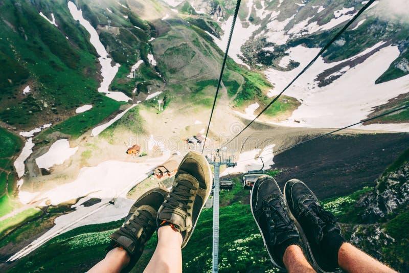 Selfie οικογενειακών ζευγών φίλων hipster πόδια χαλάρωσης παπουτσιών ταξιδιωτικής cableway στα βουνά άποψης του Sochi στην πεζοπο στοκ φωτογραφία με δικαίωμα ελεύθερης χρήσης