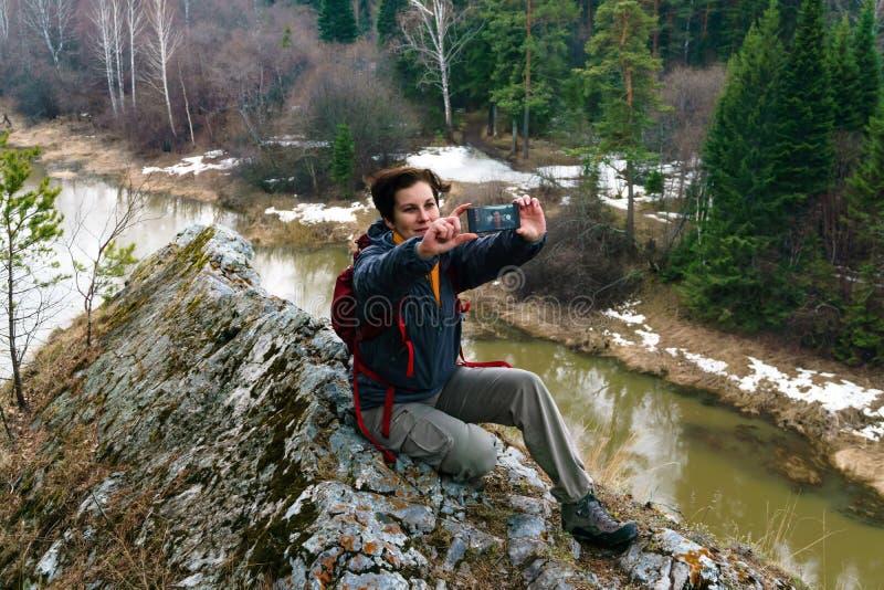 Selfie πάνω από έναν απότομο βράχο επάνω από τον ποταμό άνοιξη στοκ εικόνες