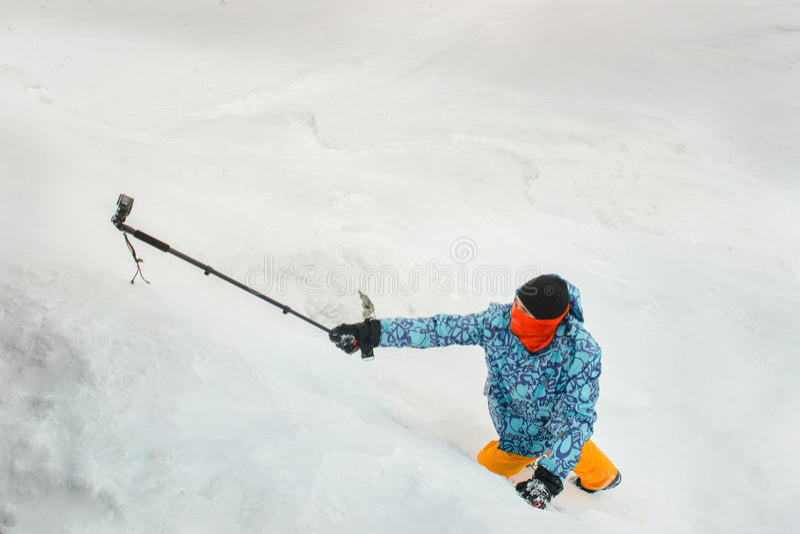 Selfie στο βουνό που χρησιμοποιεί τη κάμερα δράσης στοκ φωτογραφίες