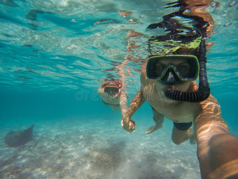 Selfie του νέου ζεύγους που κολυμπά με αναπνευτήρα στη θάλασσα στοκ φωτογραφία