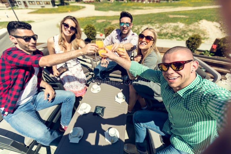 Selfie των νέων χαμογελώντας εφήβων που έχουν τη διασκέδαση από κοινού στοκ φωτογραφία με δικαίωμα ελεύθερης χρήσης