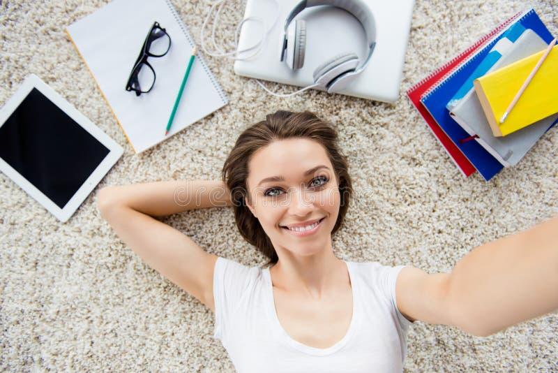 Selfie взгляд сверху молодой успешной красивой дамы лежа на th стоковые фотографии rf