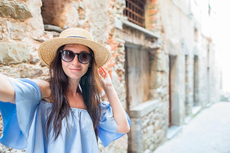 Selfie взятия женщины ее smartphone в городе Молодое привлекательное туристское принимая фото собственной личности стоковые фото