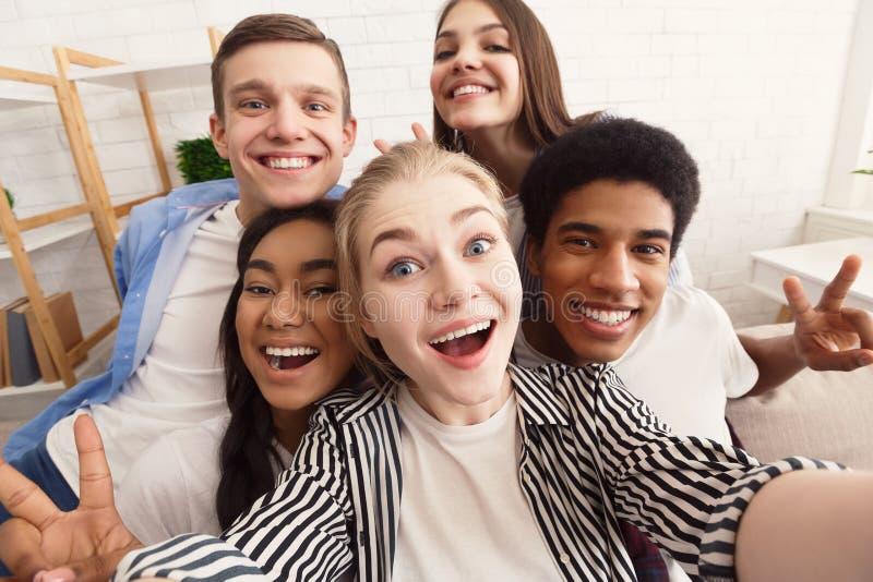 Скажите сыр Selfie возбужденного друга, принятое дома стоковое изображение rf