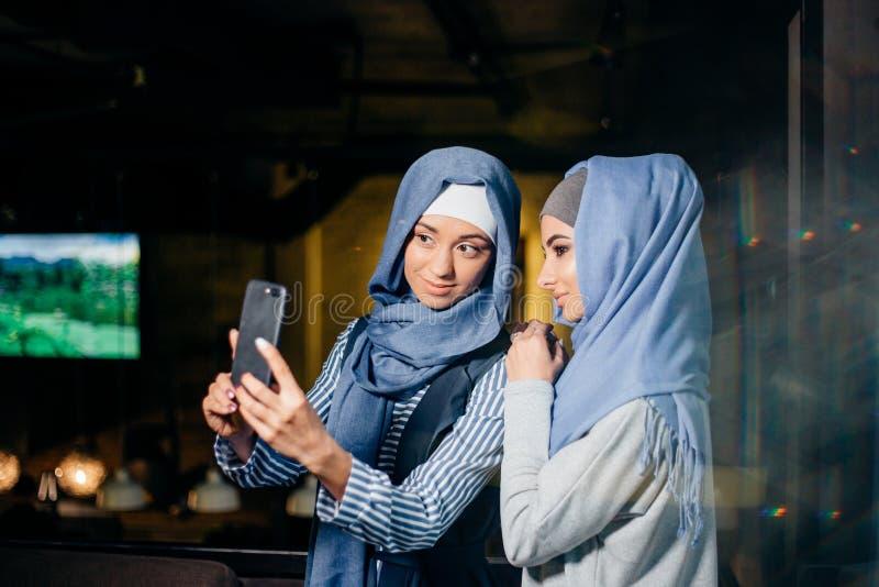 Selfie друга женщины 2 мусульман smartphone стоковые изображения