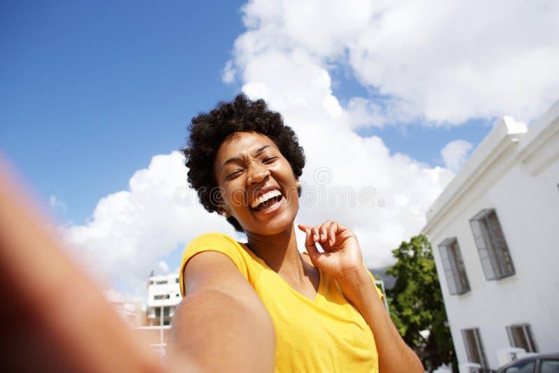 Selfie жизнерадостной молодой африканской женщины стоковое фото