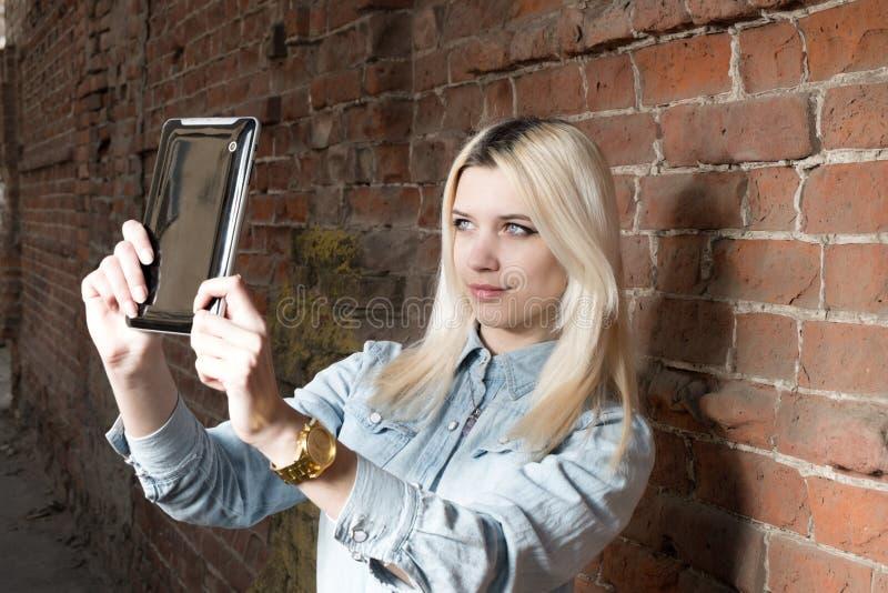 Selfie Молодая белокурая девушка битника делает selshot outdoors, copyspace стоковое фото