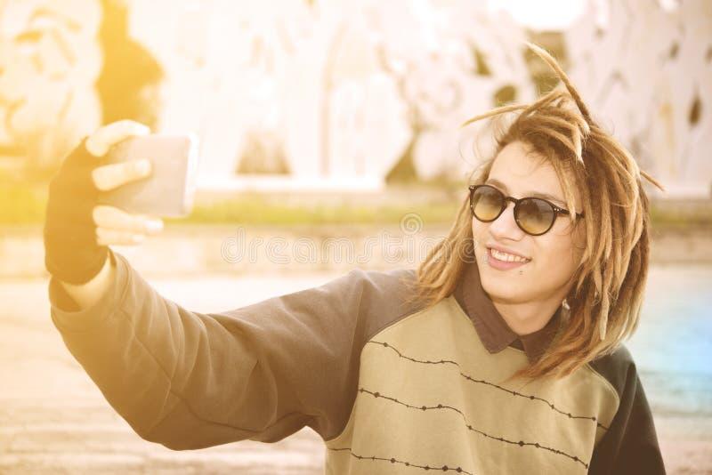 Selfie молодого парня rasta внешнее принимая с умным телефоном с wa стоковые изображения rf