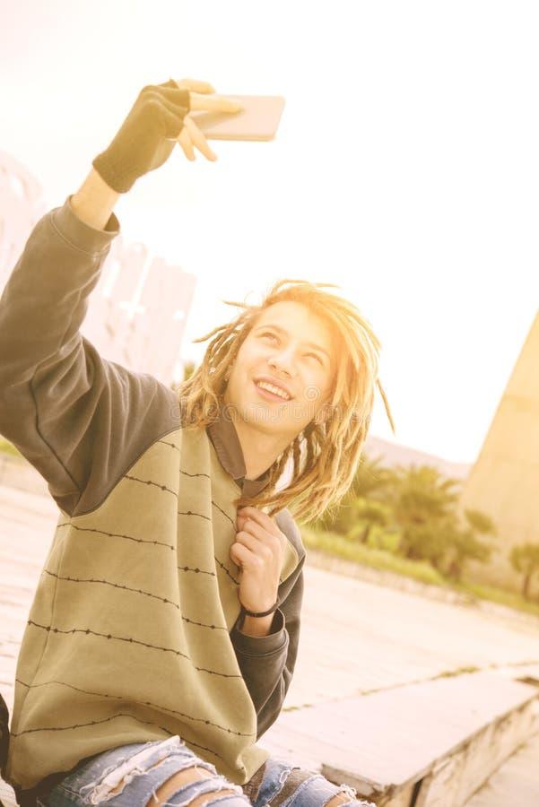 Selfie парня молодого rasta предназначенное для подростков в фильтре города теплом прикладном стоковые изображения rf