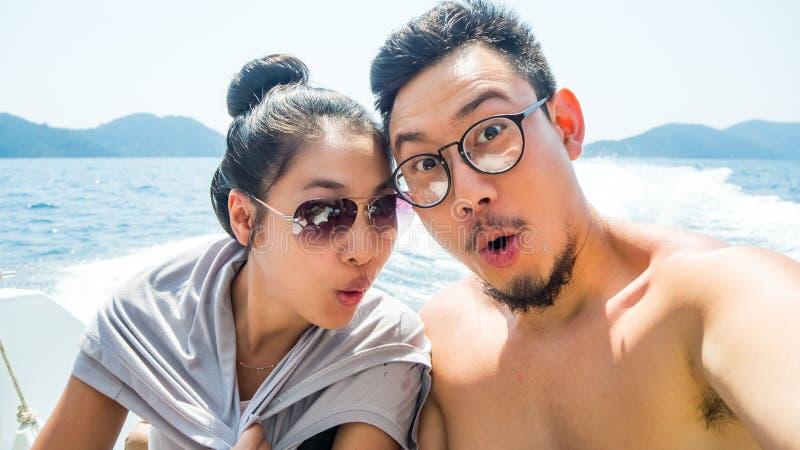 Selfie пар на быстроходном катере стоковое изображение rf