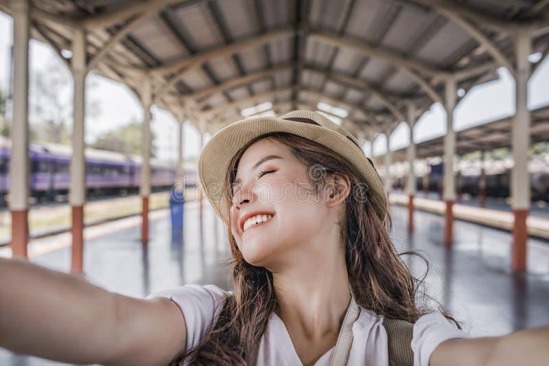 Selfie-портрет конца-вверх привлекательной девушки стоковые изображения
