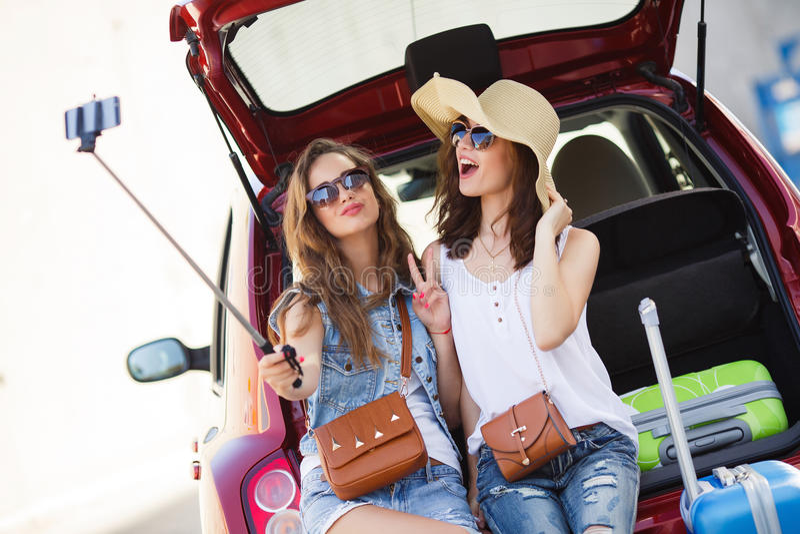 Selfie 2 подруги в хоботе автомобиля стоковое фото rf