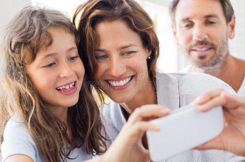 Selfie с матерью и дочерью стоковое изображение