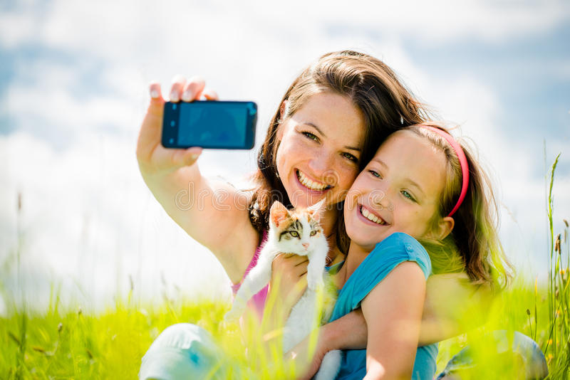 Selfie -母亲、孩子和小猫 免版税库存图片