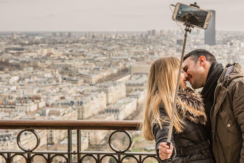 Ραβδί Selfie εκμετάλλευσης γυναικών φιλήματος ανδρών στοκ εικόνες με δικαίωμα ελεύθερης χρήσης