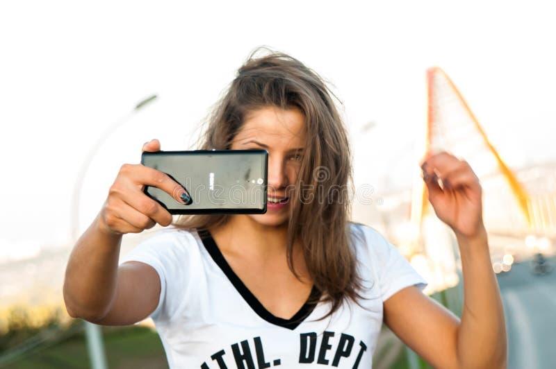 Φωτογραφία, κορίτσι, Selfie, καφετιά τρίχα στοκ εικόνα