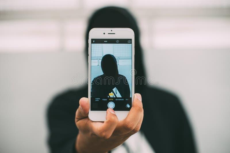 Σκιαγραφία του προσώπου που παίρνει selfie στοκ εικόνες με δικαίωμα ελεύθερης χρήσης