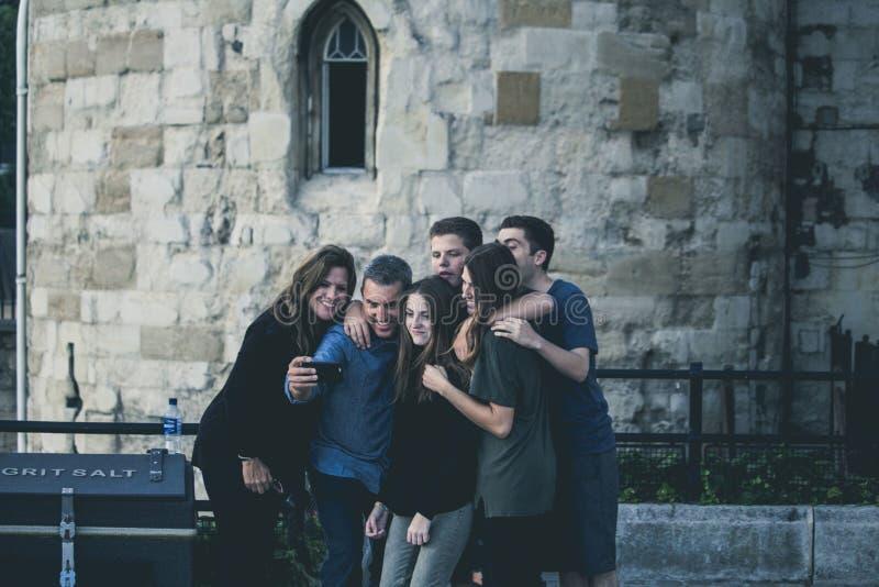 Αγκάλιασμα της οικογένειας που παίρνει Selfie Ελεύθερο Δημόσιο Τομέα Cc0 Εικόνα