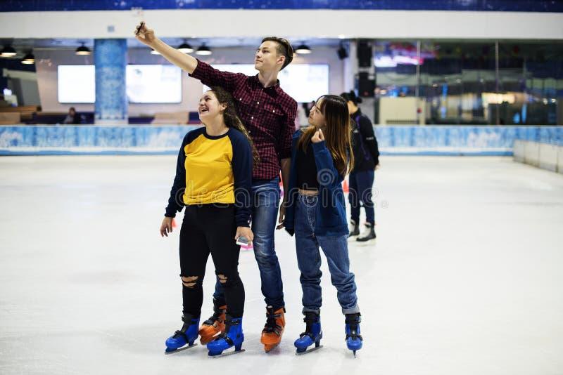 Selfie adolescent ensemble au patin de glace image libre de droits