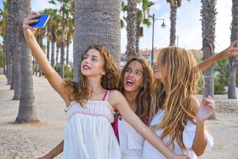 Selfie adolescente do tiro do grupo das meninas dos melhores amigos imagens de stock