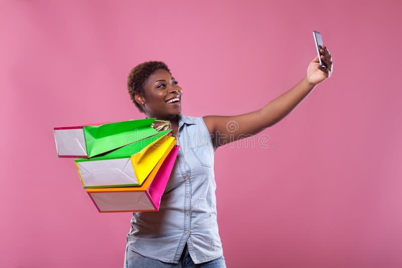 Selfie Afrikaanse Amerikaan op een roze achtergrond royalty-vrije stock foto