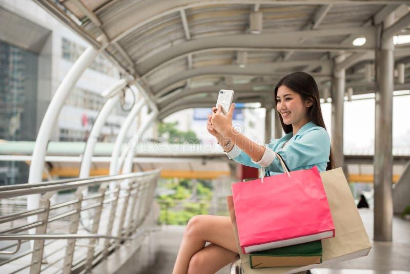 Selfie asiático da menina de compra pelo smartphone imagens de stock royalty free